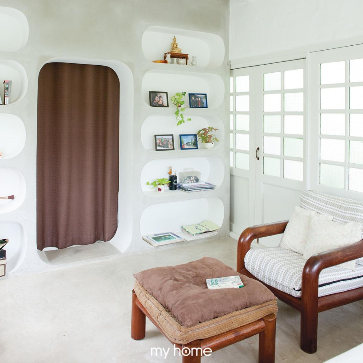 Thay vì sử dụng cánh cửa kín bít, ở đây chủ nhân lại dùng rèm để ngăn cách phòng ngủ và phòng tắm.