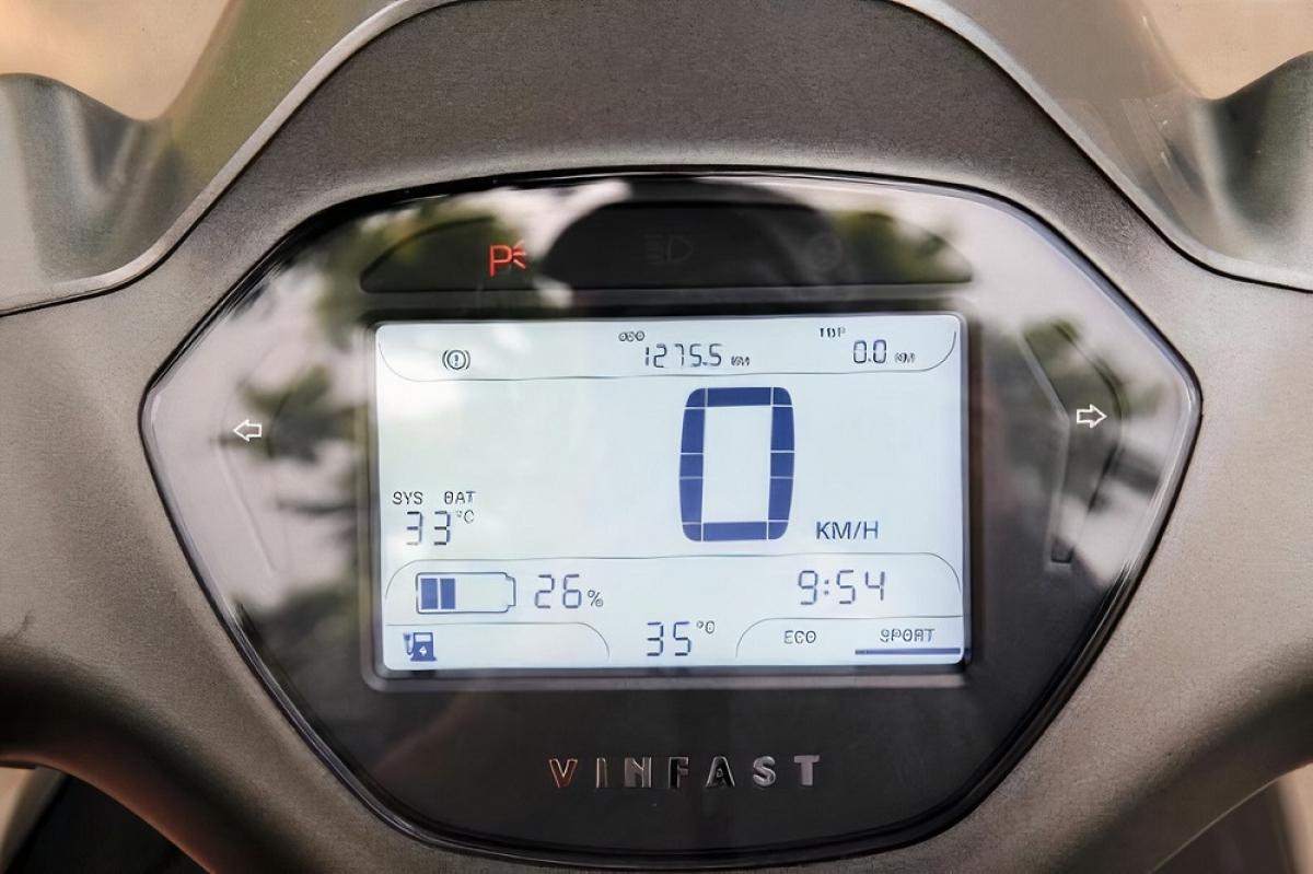 Bộ ba xe máy điện của VinFast đều được tích hợp những công nghệ hiện đại bậc nhất, nhằm tăng tiện ích trong quá trình sử dụng. Xe có thể kết nối với smartphone qua ứng dụng VinFast Escooter, giúp xe sở hữu tính năng thông minh vượt trội như cảnh báo chống trộm, giám sát hành trình, kiểm tra tình trạng pin, tìm kiếm trạm đổi pin, định vị xe...