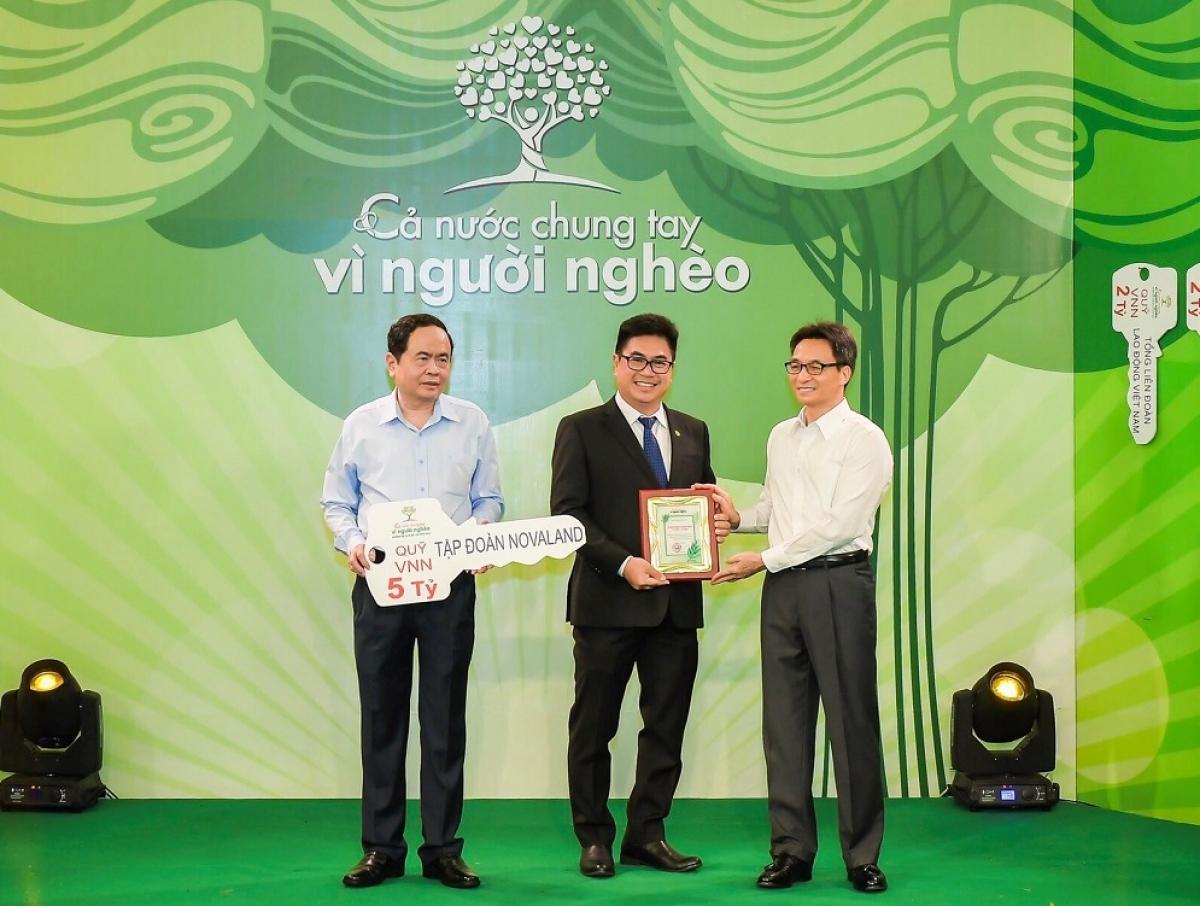 Đại diện Tập đoàn Novaland nhận kỷ niệm chương cho những đóng góp tích cực chung tay giúp đỡ người nghèo
