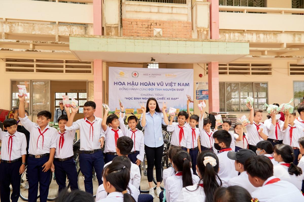 Cùng với Hoa hậu Khánh Vân, Á hậu Kim Duyên cũng gánh vác sứ mệnh thiện nguyện khác liên quan đến trẻ em và giáo dục.
