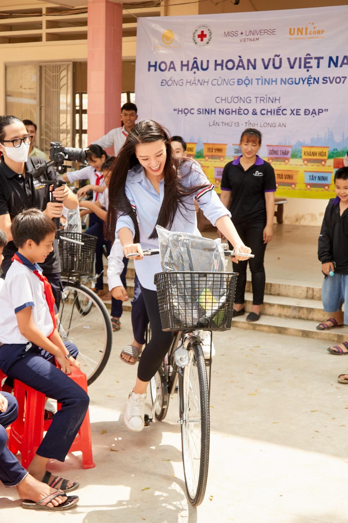 """Vừa qua, cô cùng đoàn thiện nguyện đã đến trường THCS Bình Hoà Tây, huyện Mộc Hoá, tỉnh Long An tổ chức chương trình """"Học sinh nghèo và chiếc xe đạp""""."""