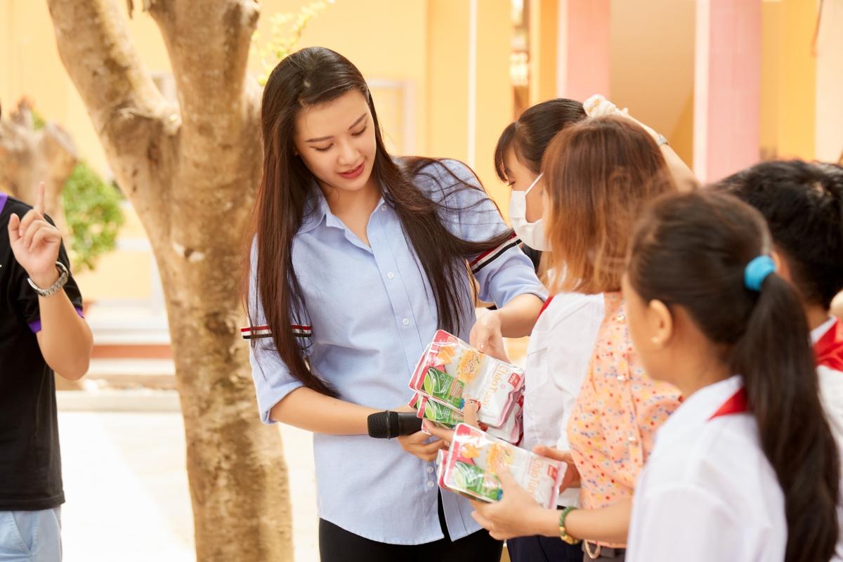 Thay mặt đoàn, Á hậu Kim Duyên trao 20 chiếc xe đạp, 20 bộ dụng cụ học tập cho 20 em học sinh có hoàn cảnh khó khăn.