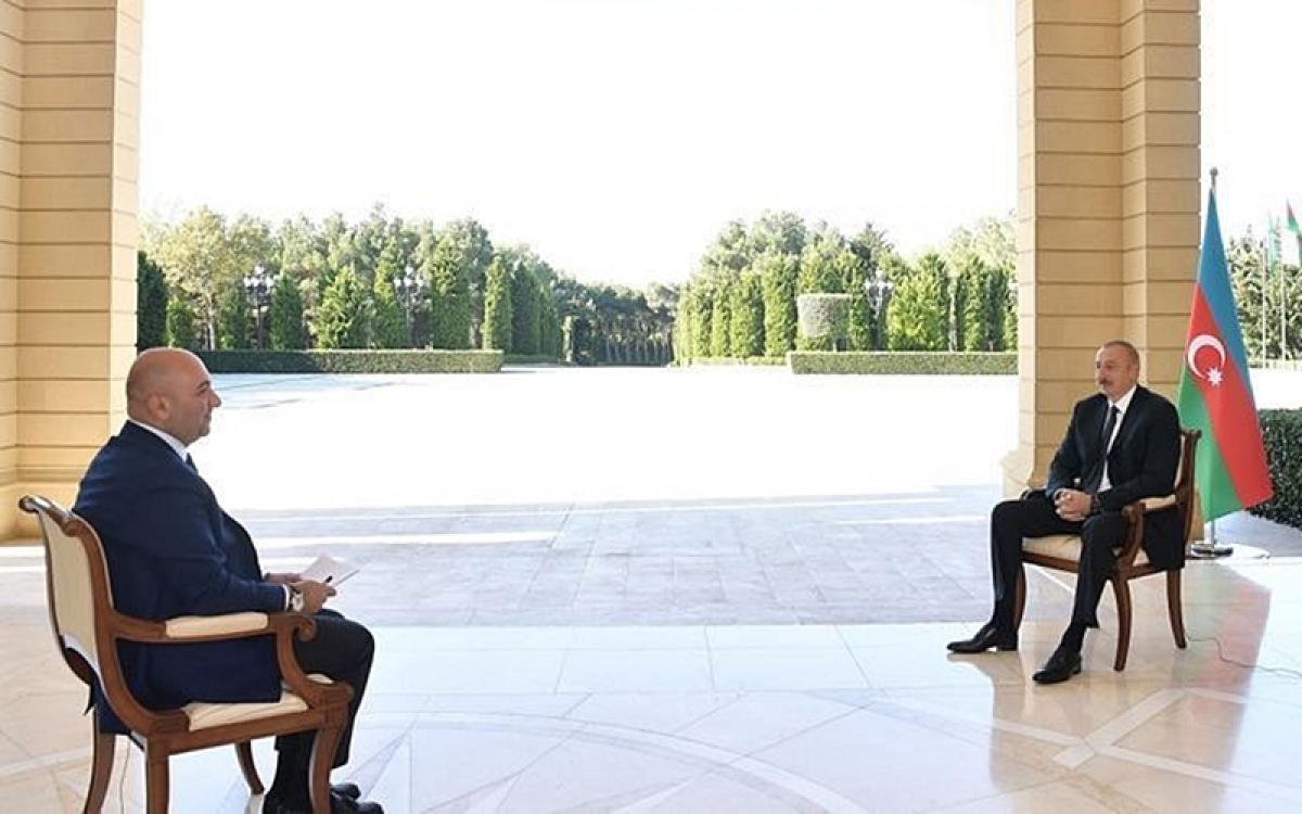 Tổng thống Azerbaijan Ilham Aliyev (bìa phải) trả lời phỏng vấn. Ảnh: APA/Haber Turk TV.