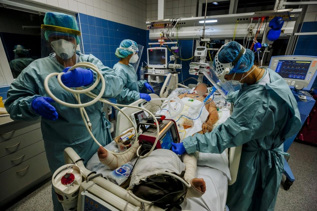 Ảnh các bác sĩ đang điều trị một ca bệnh nặng. (Nguồn: idnes.cz)