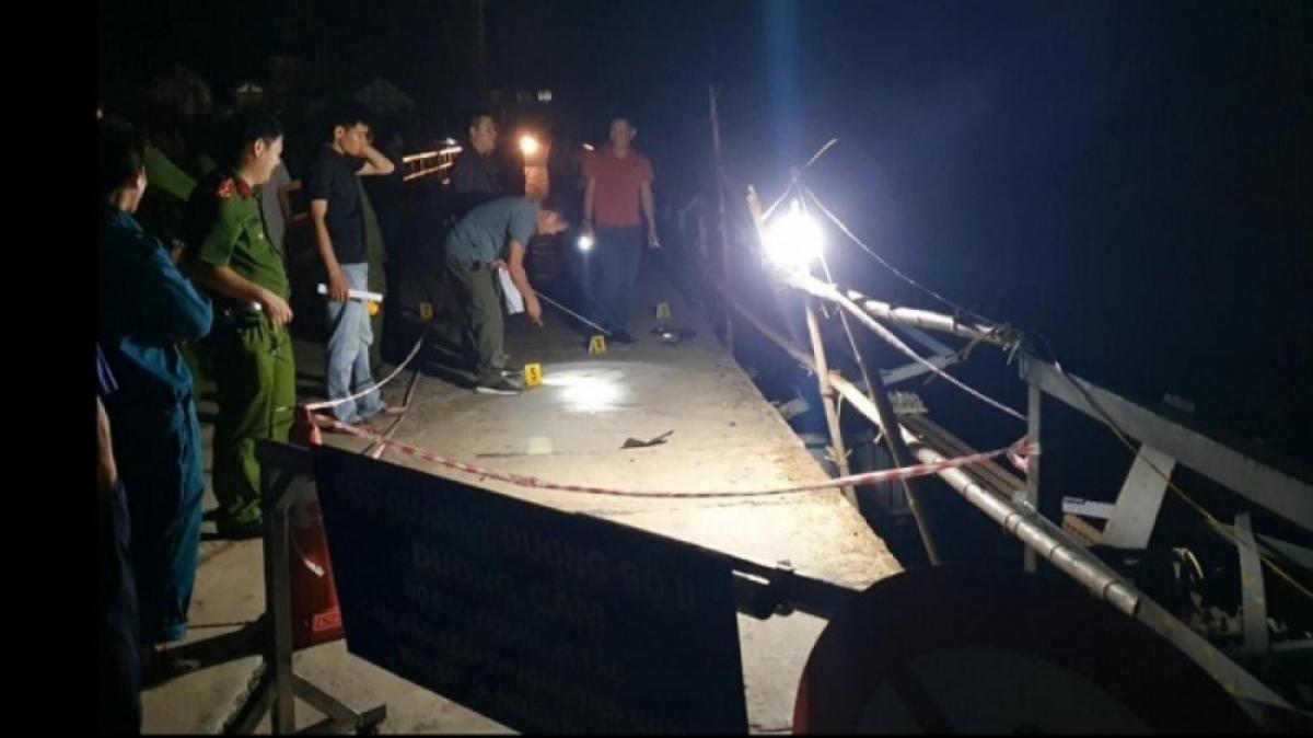 Công an khám nghiệm hiện trường điều tra nguyên nhân vụ tai nạn.