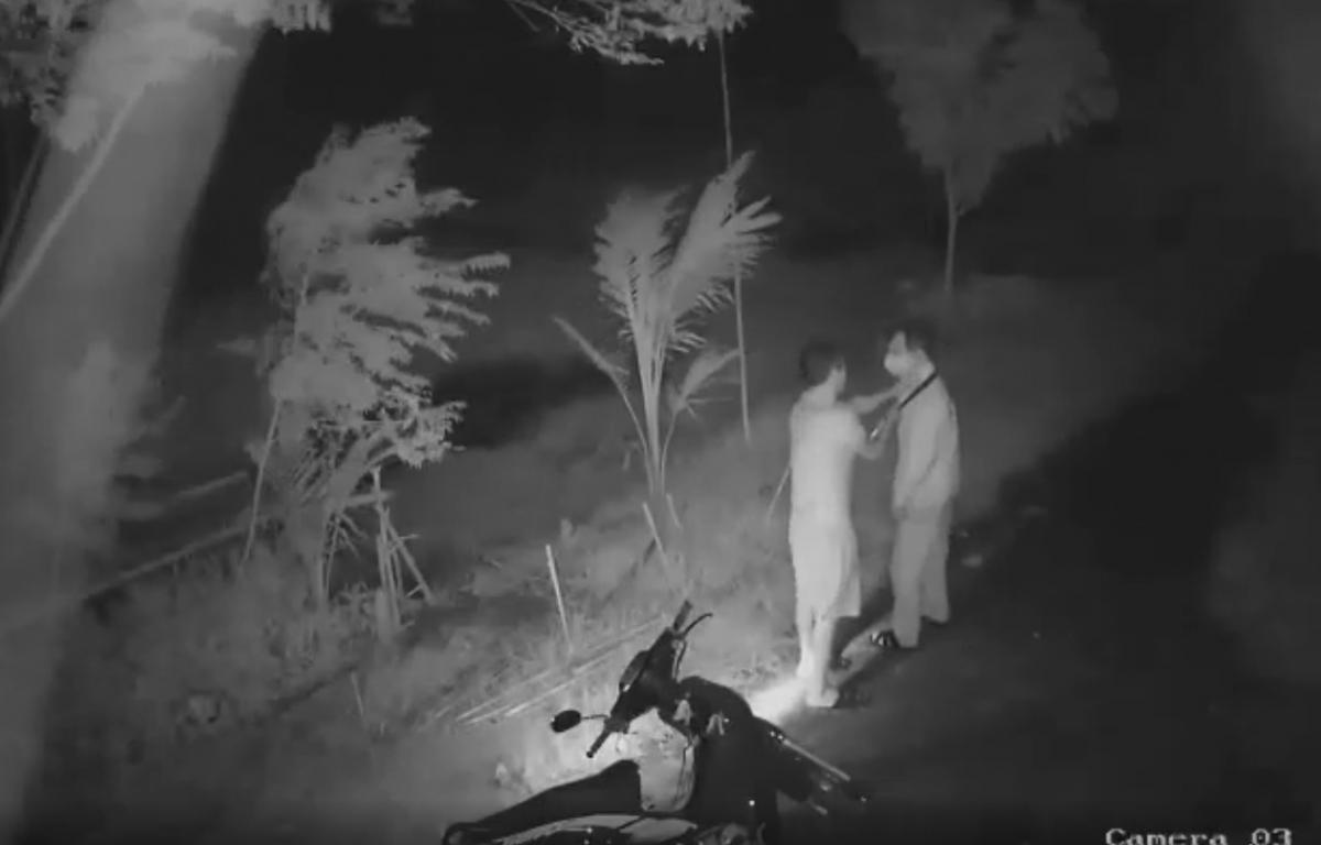 Hình ảnh ghi lại cảnh Hải dùng dao kè lên cổ ông T sau đó hành hung nạn nhân (ảnh cắt từ clip).