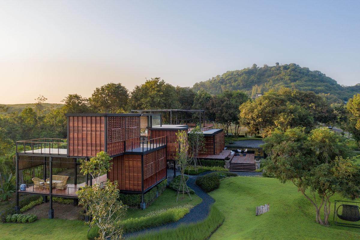 Đây là ngôi nhà cho một gia đình gồm 5 thành viên sinh sống, được nằm trọn trong khu đất gần một ngọn đồi, được bao quanh bởi các cây cổ thụ, lâu năm tạo nên một không gian đầy hấp dẫn, cuốn hút./.