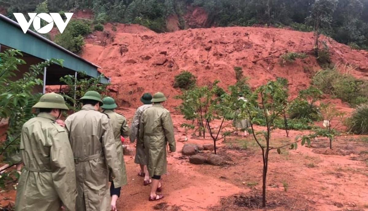 Mưa lớn khiến nhiều nơi tại Hà Tĩnh có nguy cơ xảy ra sạt lở đất nguy hiểm cho người dân.