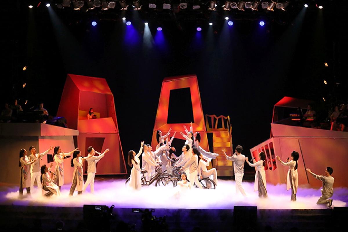 """Hình ảnh trong vở diễn Broadway """"Hà Nội, ngày... tháng... năm…""""."""