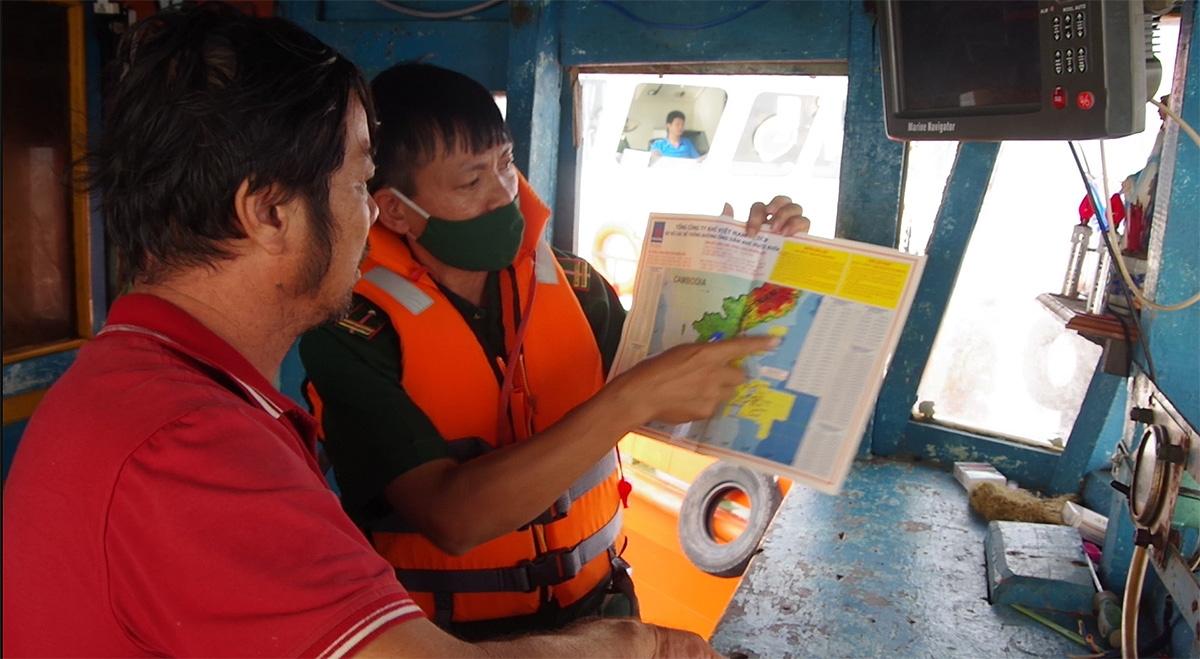 Lực lượng chức năng tăng cường phổ biến kiến thức pháp luật cho ngư dân.
