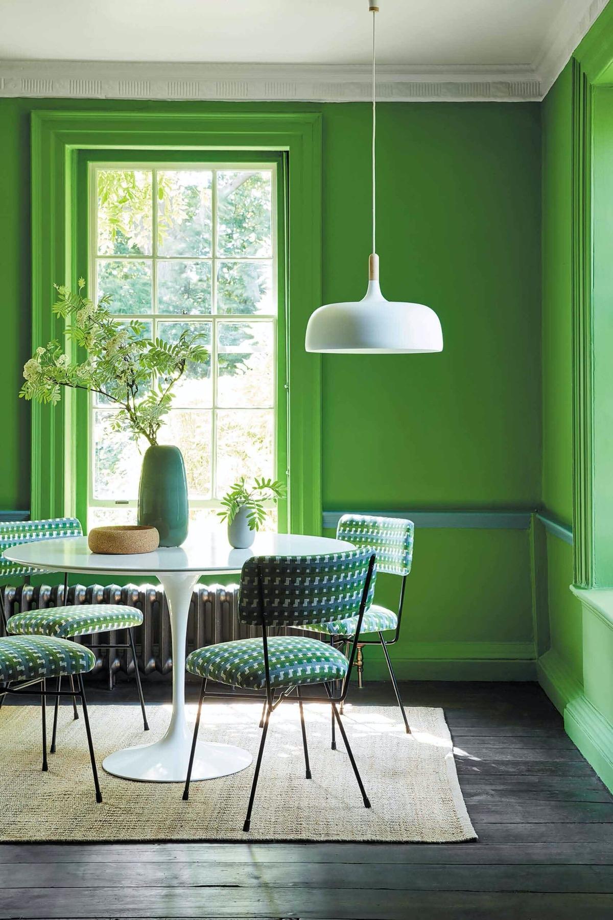 Màu xanh lá cây hoàn toàn giúp tạo nên một căn phòng đầy năng lượng, phù hợp với những gia chủ trẻ tuổi.