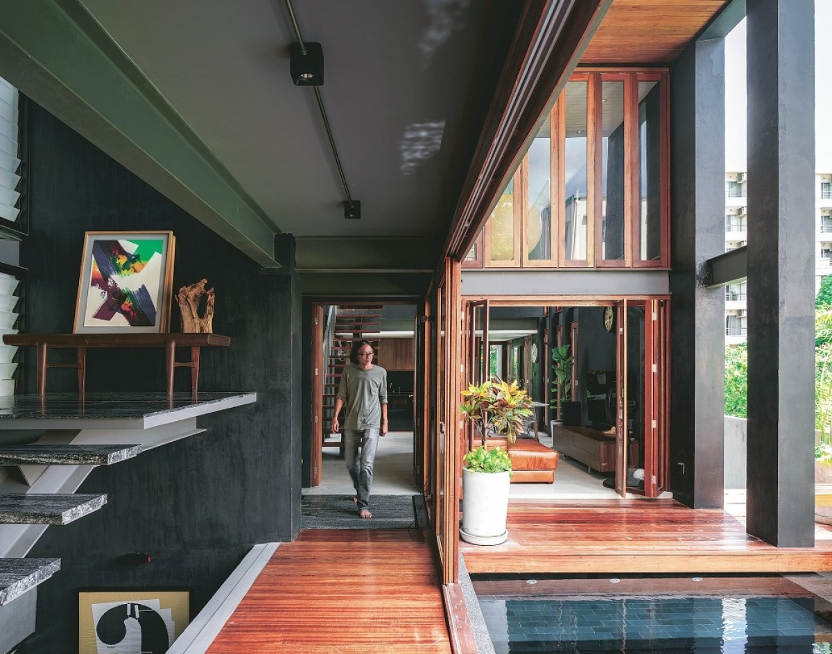 Ngôi nhà đen, hẹp nhưng đầy tính sáng tạo và nghệ thuật, trở thành một không gian lý tưởng. Đặc biệt ngôi nhà là một giải pháp tuyệt vời cho việc tránh khỏi cái nóng bức do tiết trời ở đây.