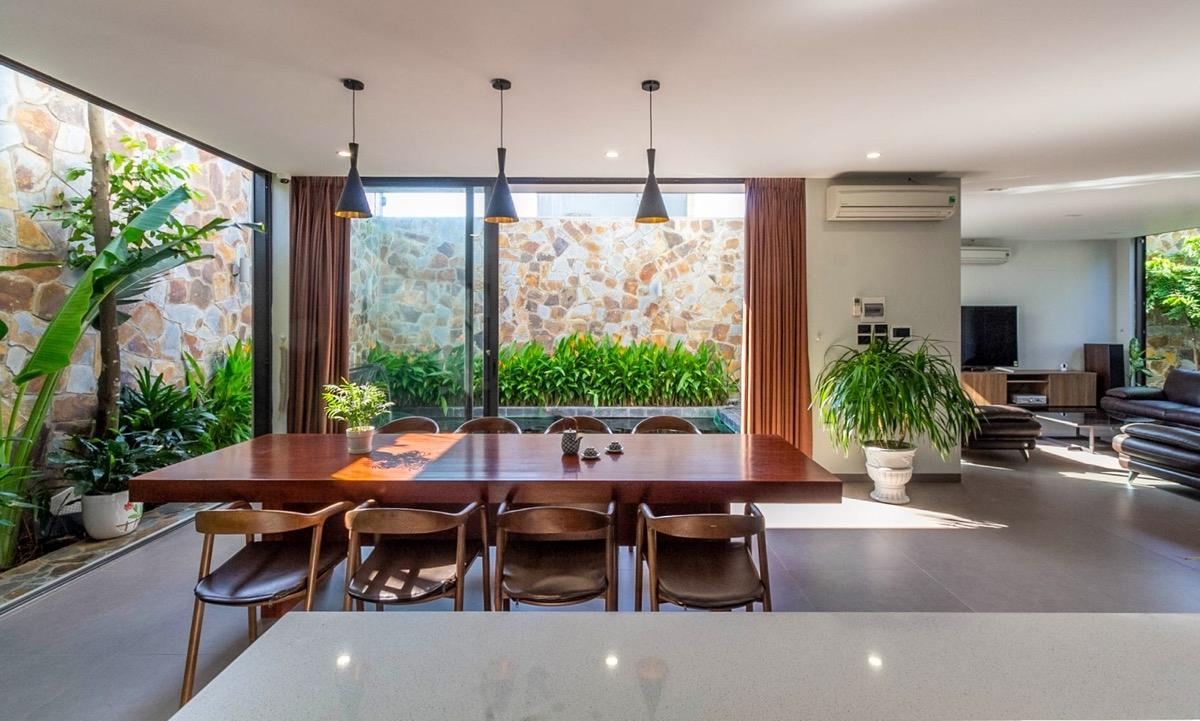 Đừng ngại việc trồng cây xanh bao vây phòng ăn nhà bạn bởi không chỉ mang lại không khí trong lành mà còn tô điểm cho không gian nhà thêm sức sống.