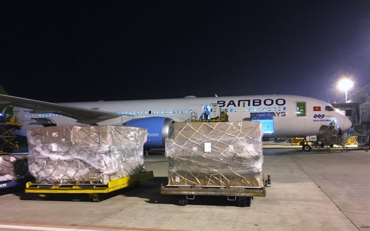Hãng hàng không Bamboo Airwaysvận chuyển hàng chục chuyến bay, kịp thời chở hàng hóa trao tận tay đồng bào miền Trung.