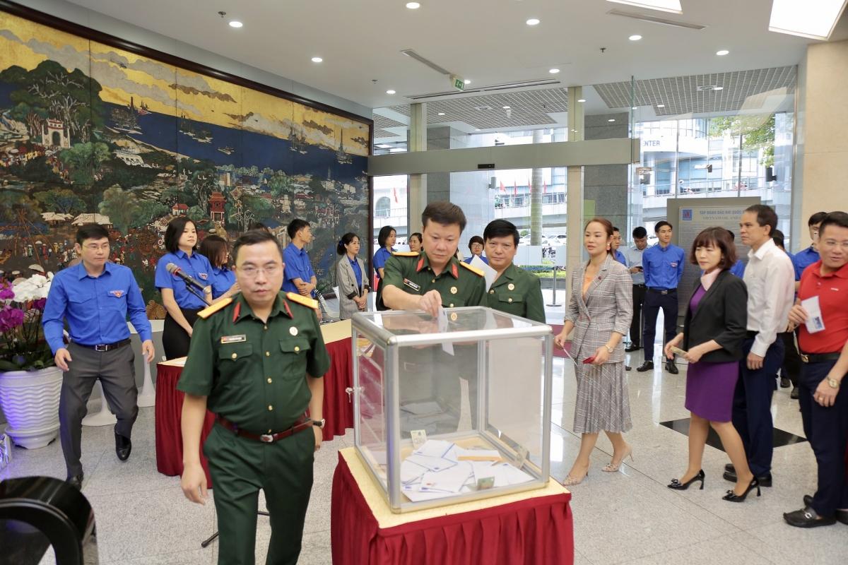 Cán bộ, người lao động cơ quan Tập đoàn Dầu khí Việt Nam quyên góp ủng hộ đồng bào miền Trung.