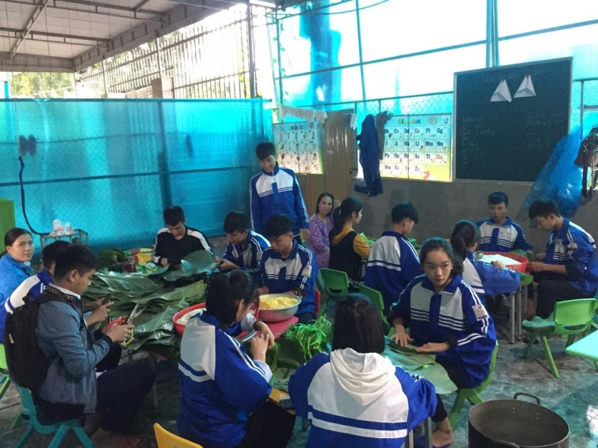 Học sinh Trường THPT Nguyễn Cảnh Chân tham gia gói bánh chưng gửi đến bà con vùng lũ.