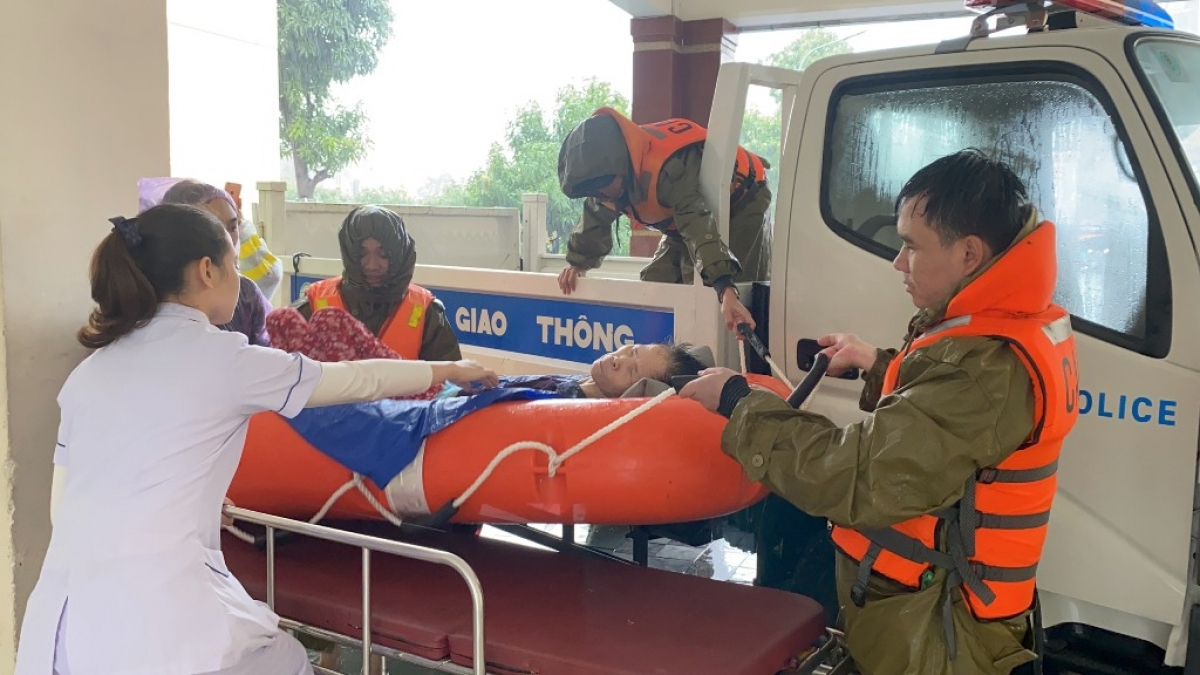 Công an dùng xe công vụ đưa bệnh nhân vào viện cứu chữa.