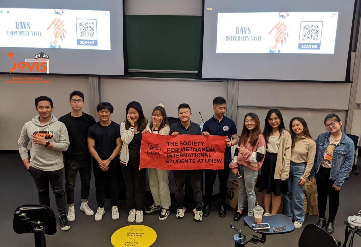 UAVS trao quà cho các du học sinh Việt Nam của trường Đại học New South Wales