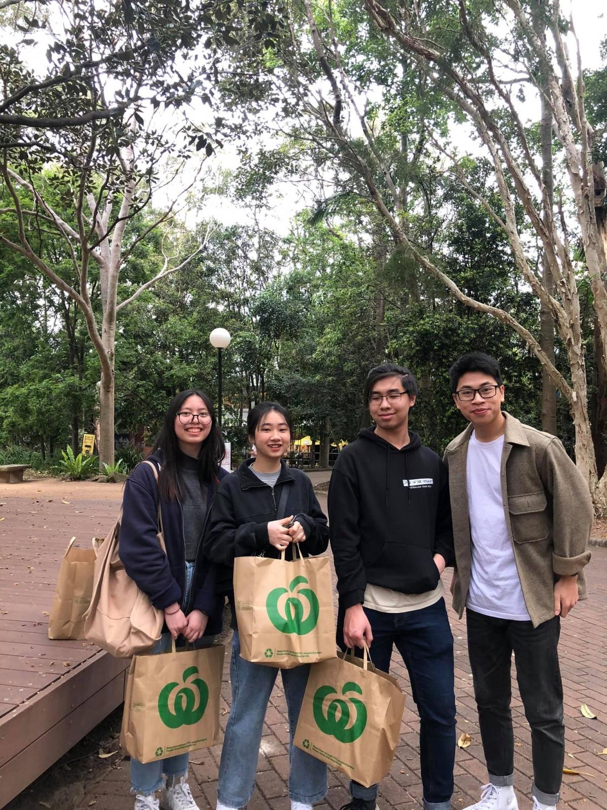 UAVS trao quà cho các du học sinh Việt Nam của trường Đại học Wollongong.