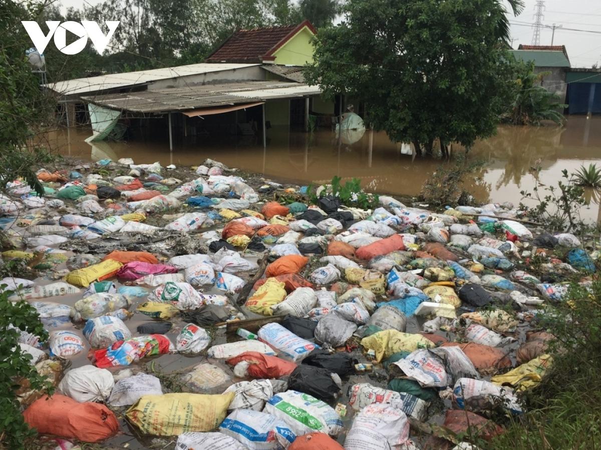 Nước lũ đã rút nhiều nhưng người dân Hà Tĩnh đang phải đối diện với cảnh thiếu nước sạch và ô nhiễm, dịch bệnh.