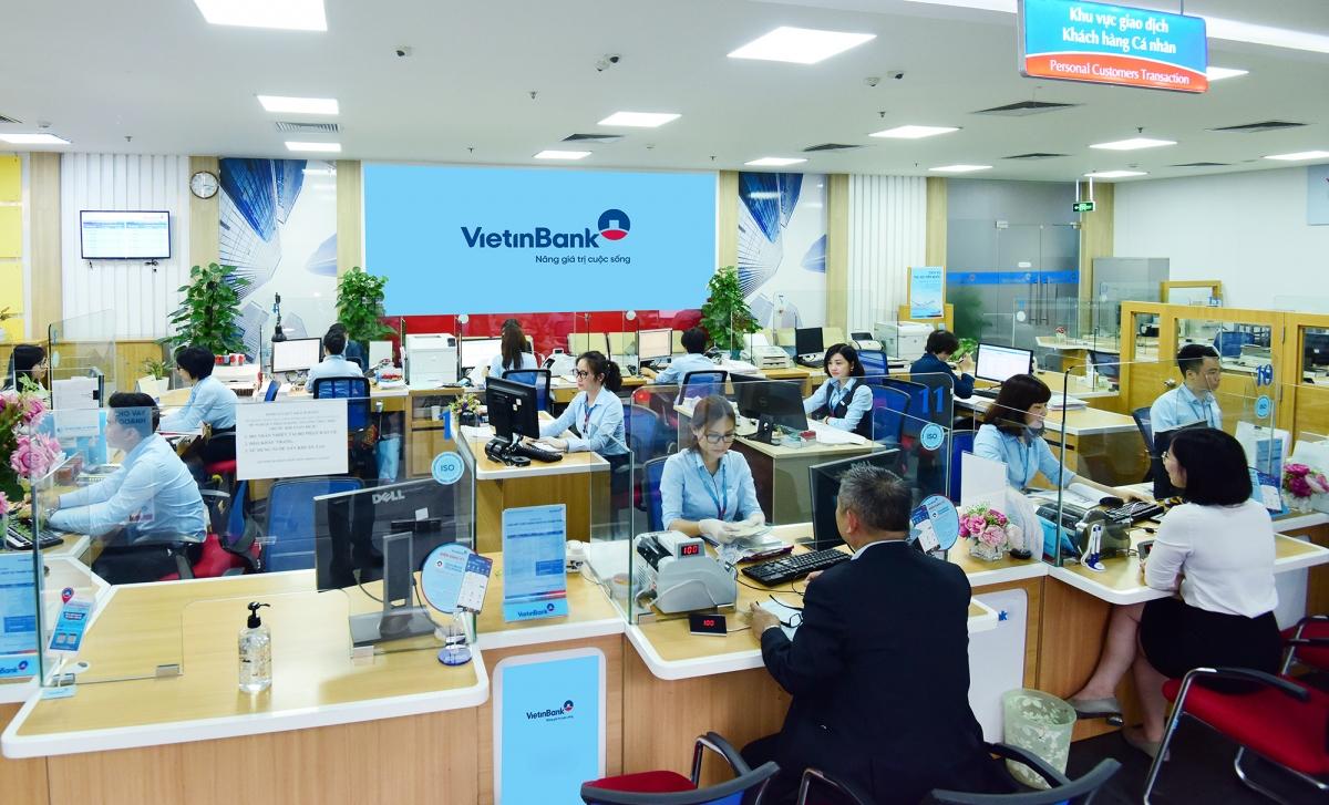 Khách hàng giao dịch tại VietinBank.