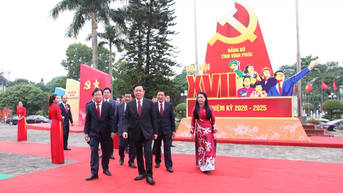 Ủy viên Bộ Chính trị, Bí thư Thành ủy Hà Nội Vương Đình Huệ, thay mặt Bộ Chính trị dự và chỉ đạo Đại hội Đảng bộ tỉnh Vĩnh Phúc.
