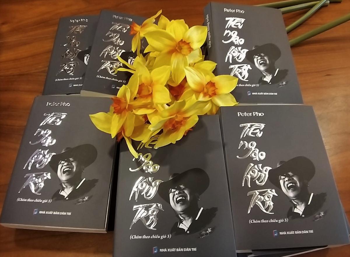 """Tạp văn """"Tiếu ngạo hồng trần"""" của tác giả Peter Pho."""