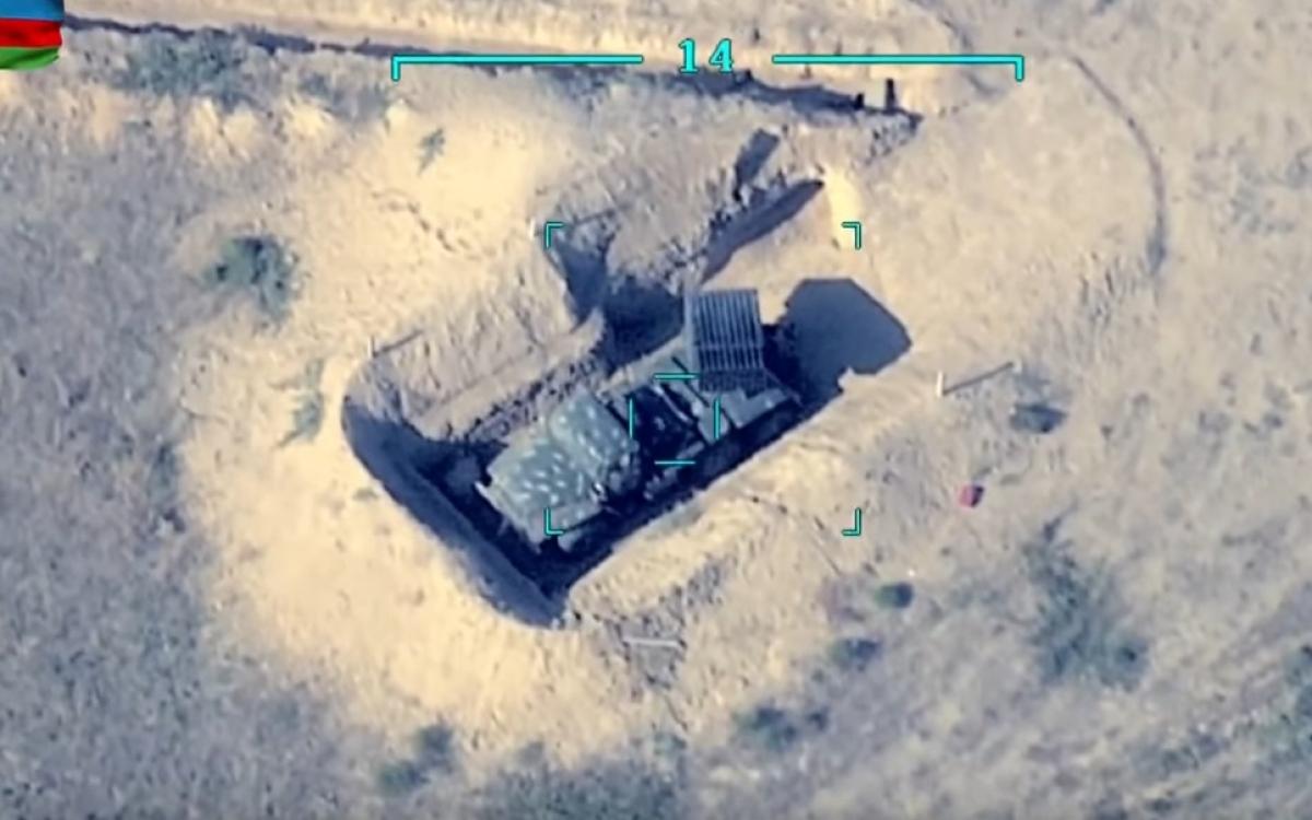 """Một bệ phóng rocket của phe Armenia/""""Artsakh"""" bị đưa vào kính ngắm của UAV do Azerbaijan điều khiển. UAV quan sát rất rõ mục tiêu. Ảnh: Trích xuất từ video Bộ Quốc phòng Azerbaijan."""