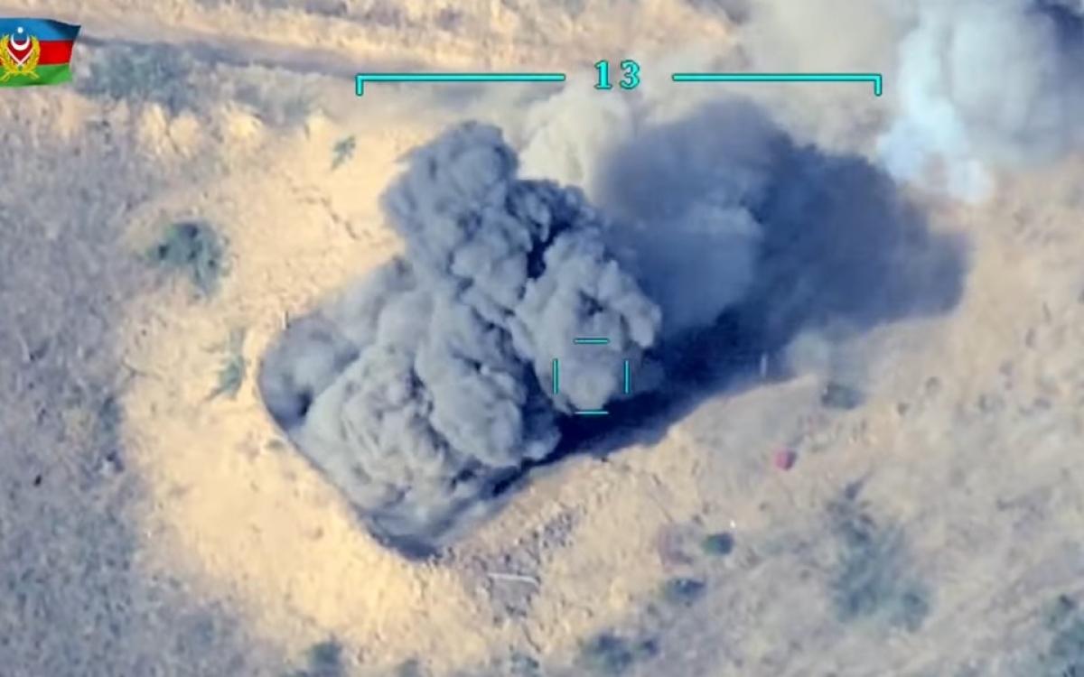 """Bệ phóng rocket của Armenia/""""Artsakh"""" nói trên nổ tung sau khi bị UAV Azerbaijan phóng tên lửa. Ảnh: Trích xuất từ video Bộ Quốc phòng Azerbaijan."""