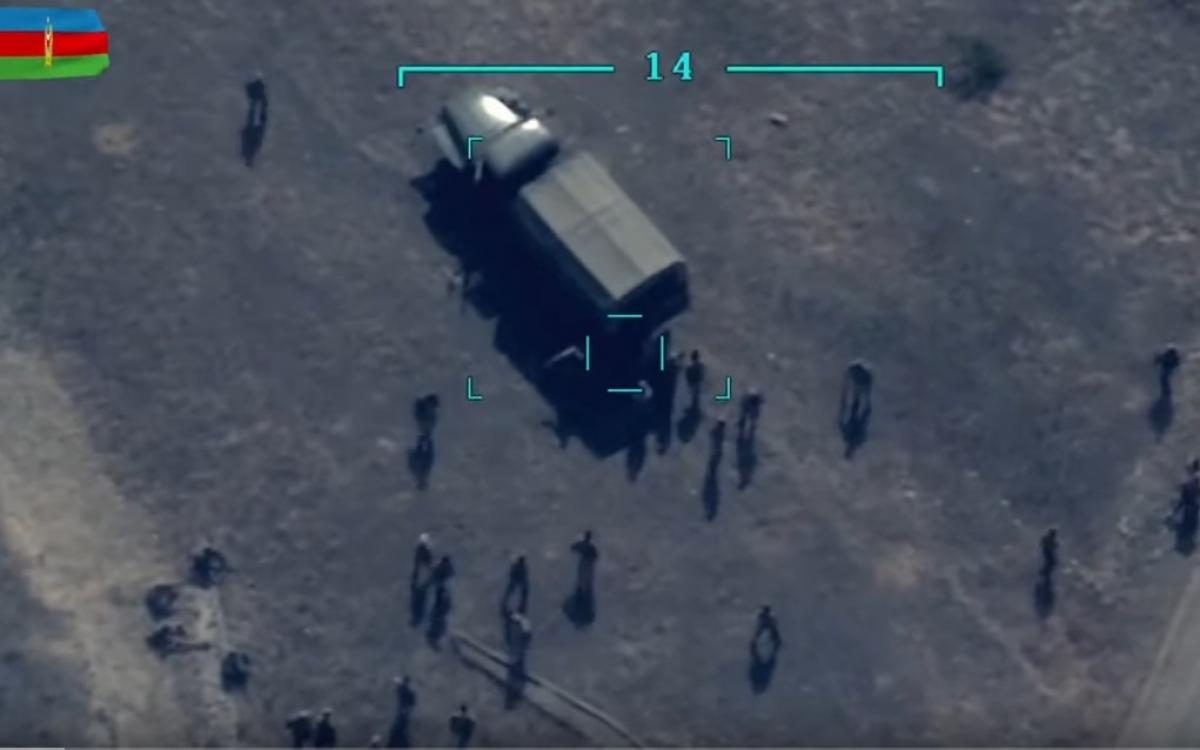 UAV (do Azerbaijan điều khiển) khóa mục tiêu vào một xe tải quân sự đối phương cùng nhiều quân nhân người Armenia đứng quanh xe. Ảnh: Trích xuất từ video Bộ Quốc phòng Azerbaijan.