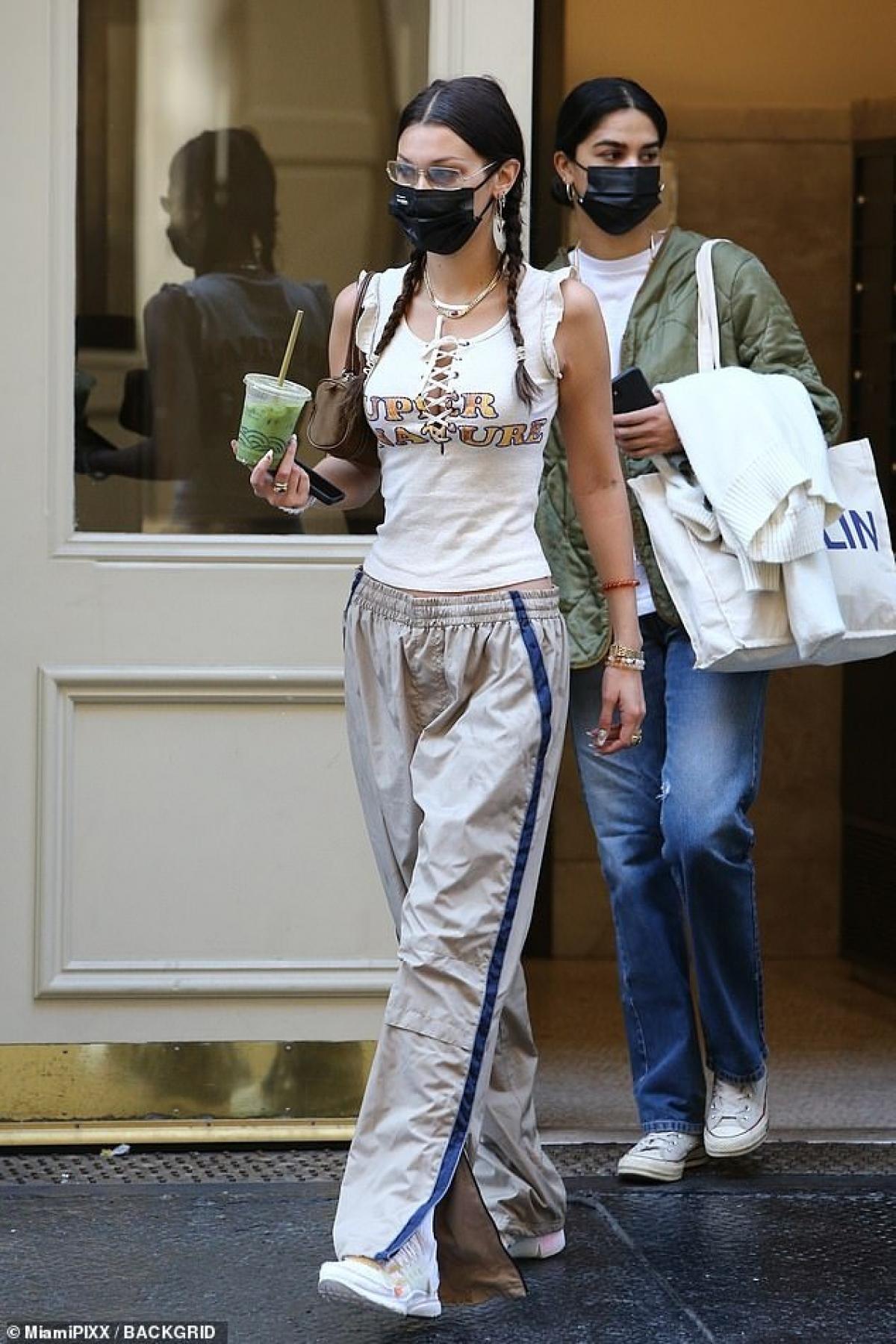 Bella Hadid tết tóc hai bên đi đến tiệm làm tóc ở New York sáng 6/10.
