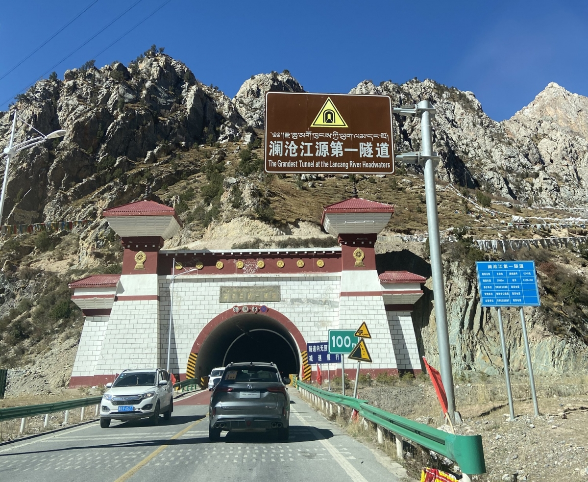 Đường hầm số 1 trên sông Lan Thương được khánh thành thông xe vào năm 2014. Đường hầm này đã giúp rút ngắn rất nhiều đường đến huyện Tạp Đa.