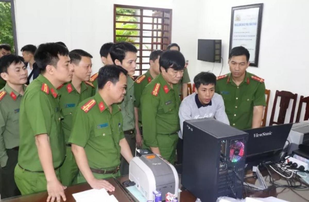 Đại tá Khương Duy Oanh, Thủ trưởng Cơ quan CSĐT, Phó giám đốc Công an tỉnh Thanh Hóa (thứ 3 hàng đầu từ phải qua), trực tiếp chỉ đạo phá án.