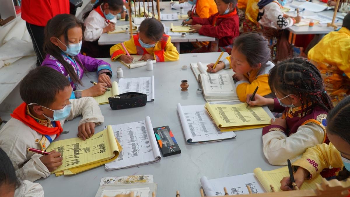 Buổi học thư pháp Tạng của trẻ em ở Tạp Đa.