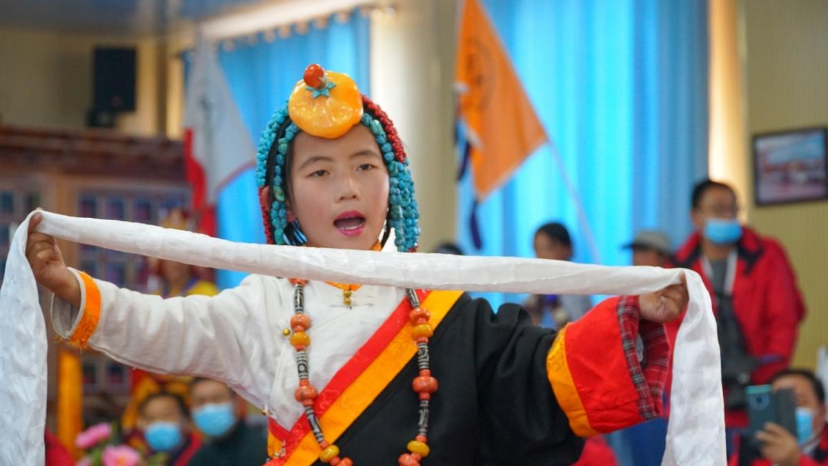 Trẻ tiểu học người Tạng biểu diễn sử thi Gesar, một nhân vật anh hùng trong truyền thuyết của người Tạng.