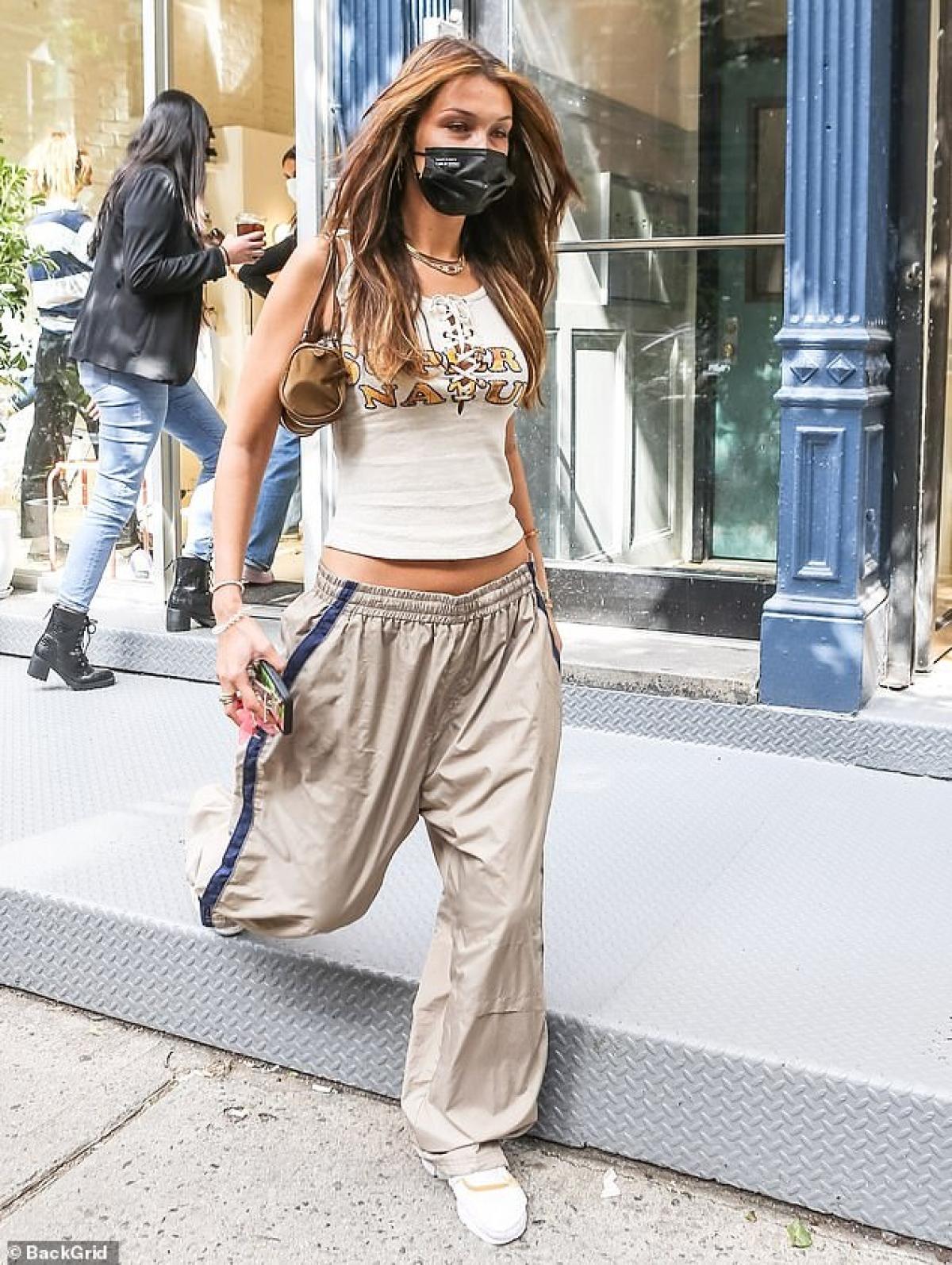 Bella Hadid sở hữu làn da rám nắng và thân hình săn chắc, gợi cảm.