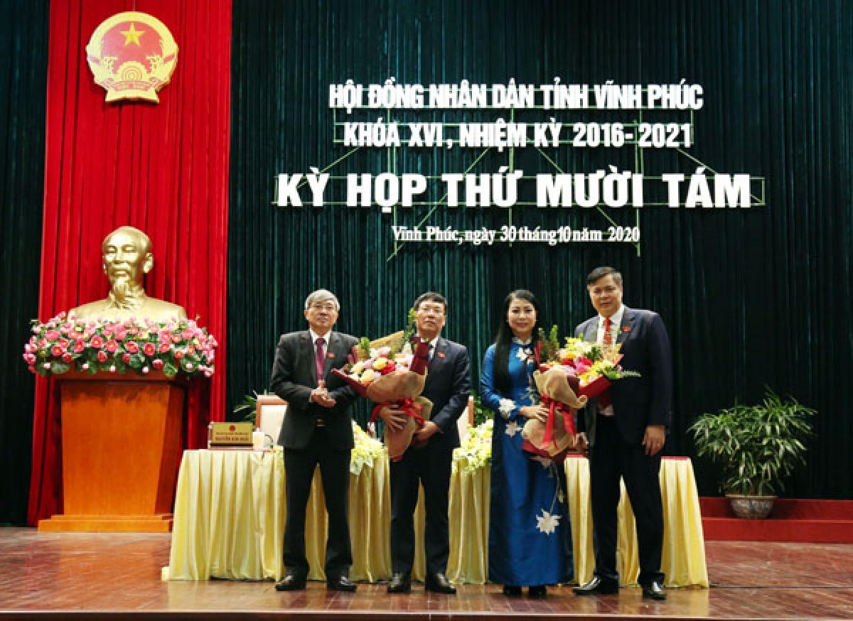 Thường trực HĐND tỉnh tặng hoa chúc mừng bà Hoàng Thị Thúy Lan và ông Lê Duy Thành. Ảnh: CTTĐT Vĩnh Phúc