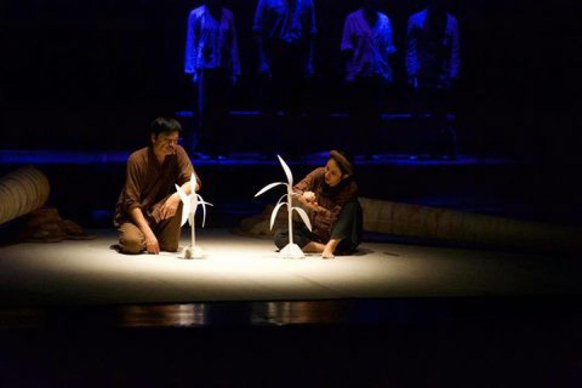 Một cảnh trong vở Bạch đàn liễu do đạo diễn NSUT Trần Lực dàn dựng.