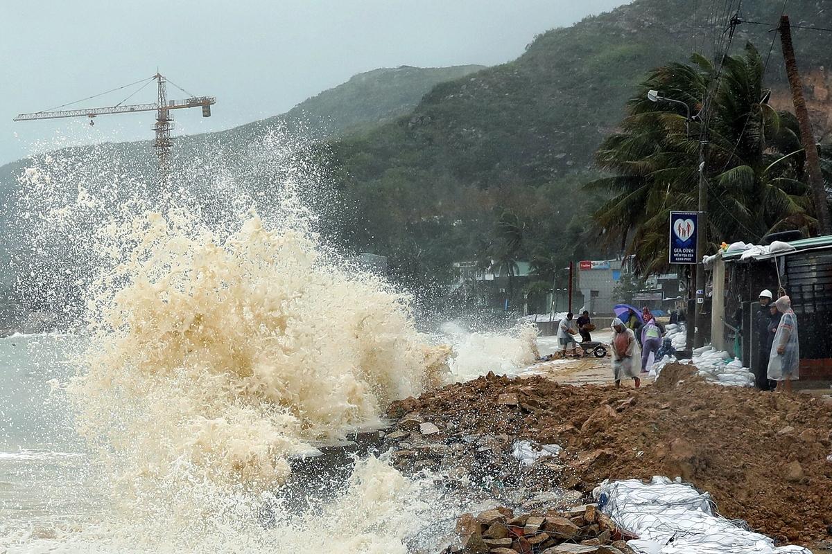Từ chiều nay (27/10), vùng biển ngoài khơi từ Đà Nẵng đến Phú Yên (bao gồm cả huyện đảo Lý Sơn) có gió mạnh cấp 9-11, sau tăng lên cấp 12-13, giật cấp 16; biển động dữ dội; sóng biển cao từ 6-8m. Ảnh minh họa