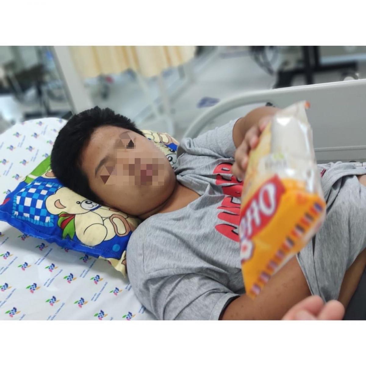 Sau khi qua nguy kịch, bé hồi tỉnh và thèm ăn (Ảnh BVCC)