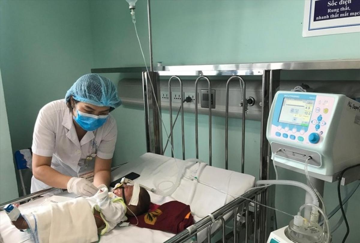 Bệnh nhi bị virus hợp bào hô hấp đang điều trị tại Bệnh viện Nhi Trung ương. (Ảnh: Thái Hà)