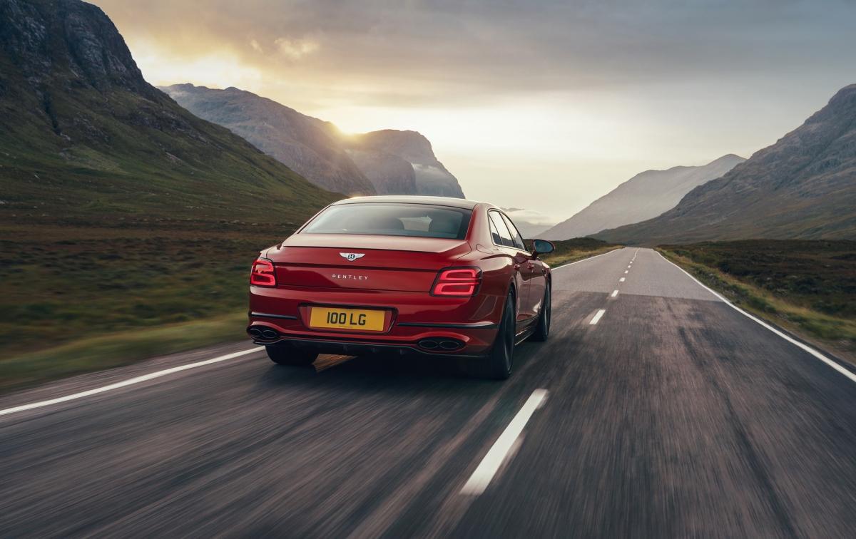 Khối động cơ V8 được Bentley sử dụng cho Flying Spur mới có dung tích 4.0 lít, tăng áp kép với khả năng tạo ra công suất cực đại ở mức 542 mã lực và 770 Nm mô-men xoắn có được ngay tại vòng tua máy dưới 2.000 vòng/phút và duy trì lên hơn 4.500 vòng/phút.