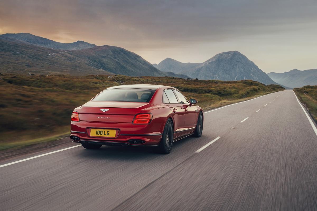 Để cải thiện cảm giác lái cho xe, Bentley đã mang đến một loạt các hệ thống mới như hệ thống treo khí nén thích ứng, hệ thống phân bổ lực kéo bằng phanh, hệ thống kiểm soát động năng, trợ lực lái điện,… Nhờ việc sử dụng nền tảng điện 48V, chiếc xe giờ đây có thể tích hợp thêm công nghệ chống lật chủ động của tập đoàn Volkswagen.