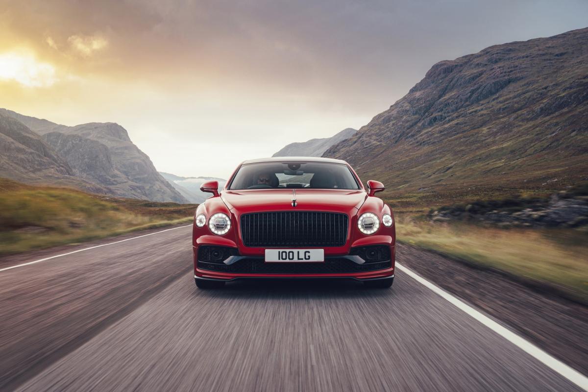 Với sức mạnh này, Bentley cho biết, chiếc sedan siêu sang của họ có thể tăng tốc lên 100 km/h trong chỉ 4,1 giây trước khi đạt tốc độ tối đa ở mức 318 km/h.