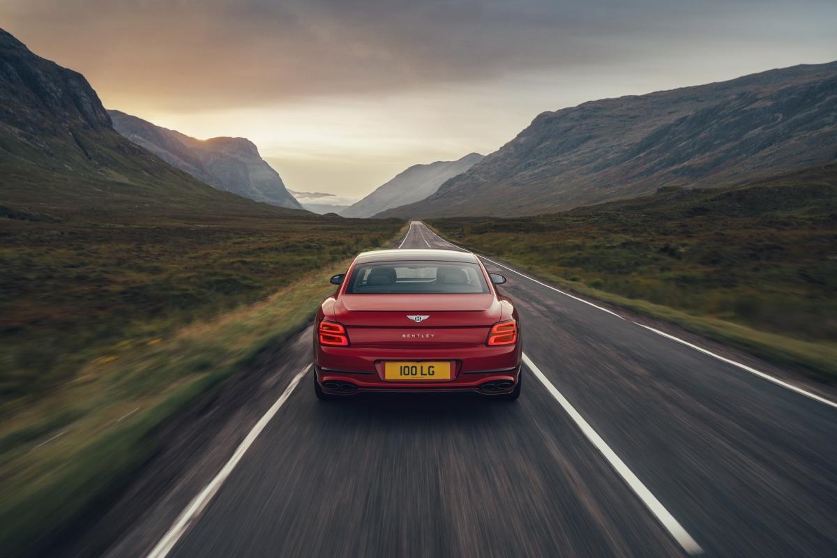 Không chỉ có được sự mạnh mẽ, động cơ này còn được hỗ trợ bởi hệ thống mild-hybrid với nguồn điện 48V nhằm giúp xe tiết kiệm nhiên liệu hơn. Hệ thống điều khiển có thể tắt bốn trong số tám xy-lanh của xe khi động cơ hoạt động dưới tốc độ 3.000 vòng/phút và mô-men xoắn dưới 235 Nm.