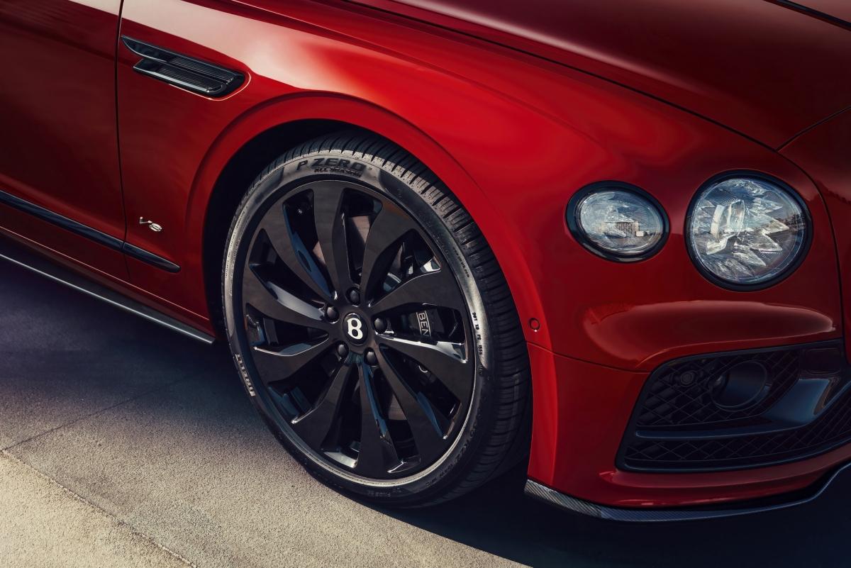 Bentley trang bị cặp đèn chiếu sáng đối xứng hai bên với công nghệ LED pha lê đẹp mắt, giống với chiếc coupe thể thao Continental GT. Bentley trang bị cho xe bộ mâm với thiết kế đa chấu xoáy đẹp mắt, kích thước 21 inch.