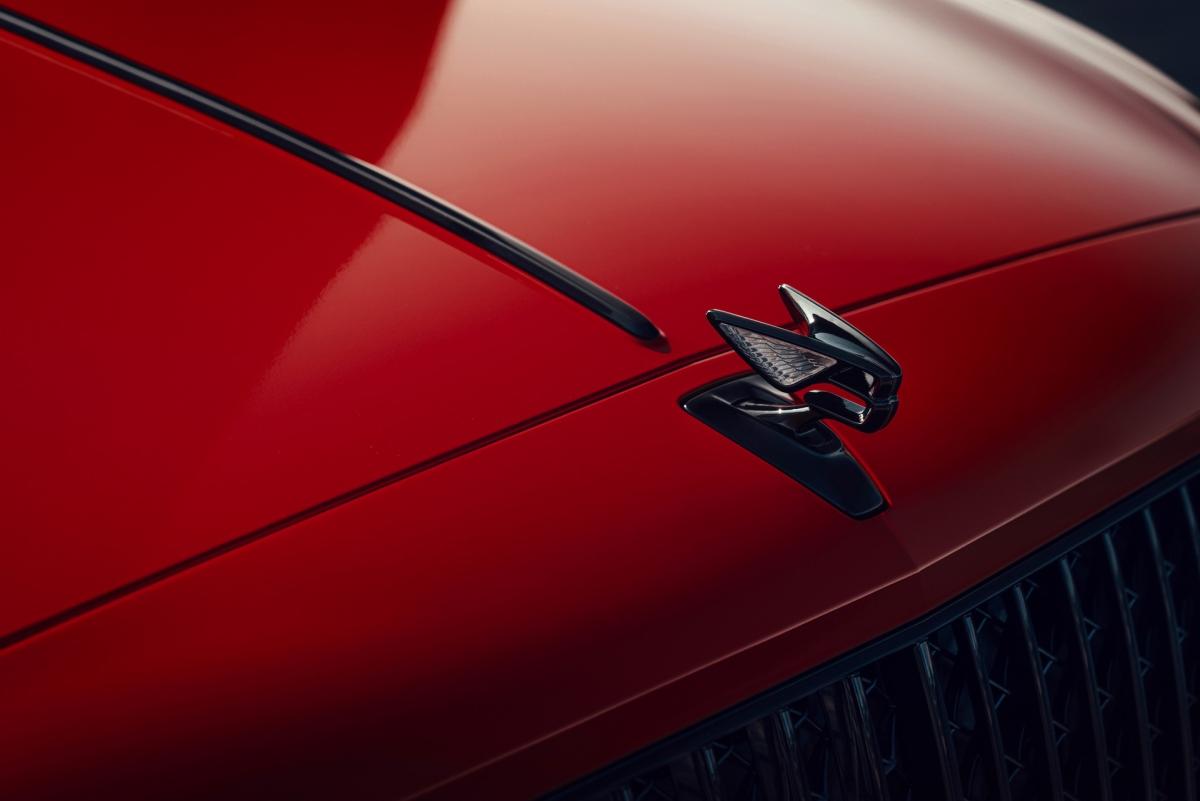 """Logo """"B"""" đặt tại đầu xe nay được hãng làm nổi với thiết kế chữ B với hai cánh kéo dài ra phía. Đặc biệt hơn, logo này còn được đính pha lê ở hai cánh cùng chức năng """"thụt – thò"""" chống trộm."""
