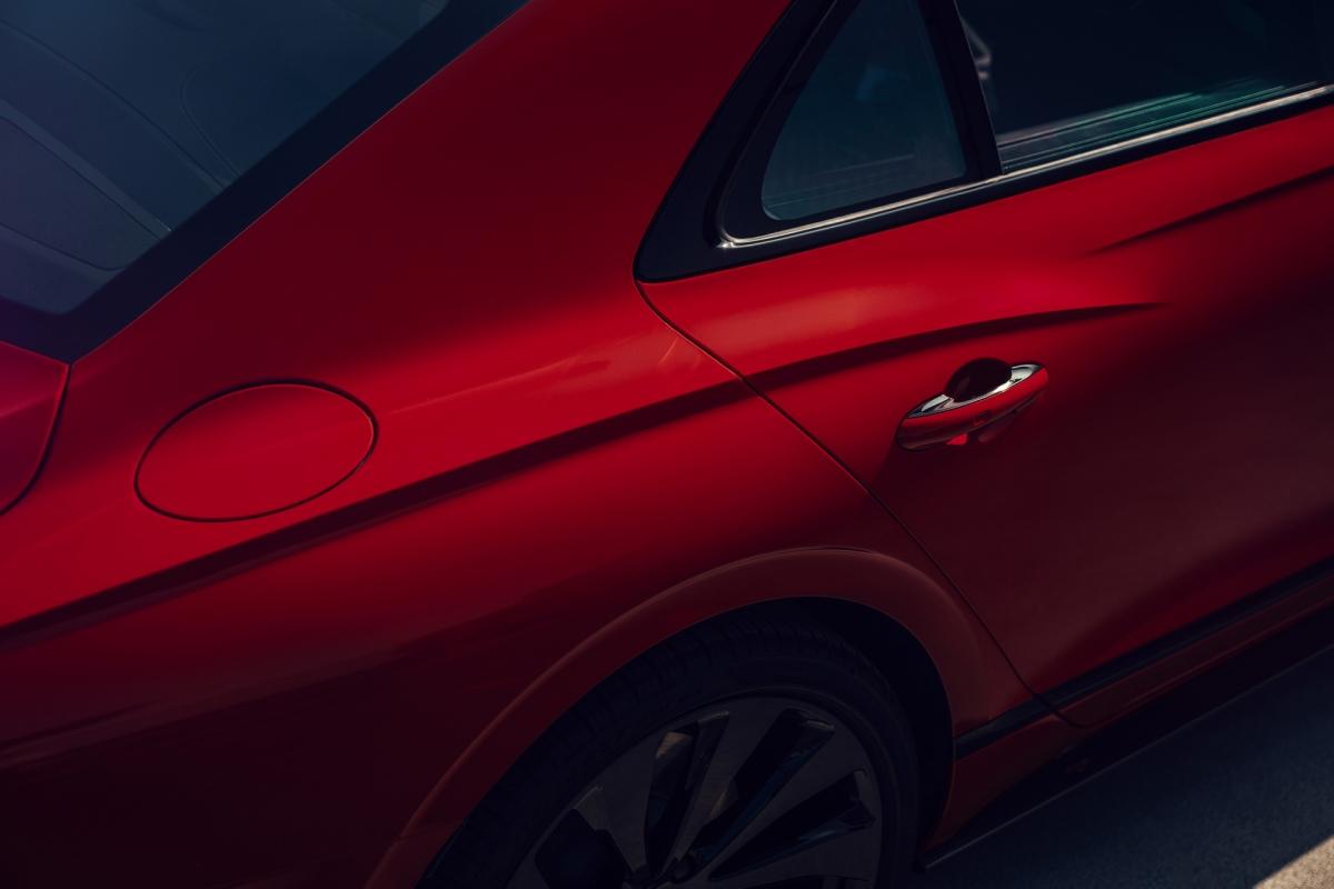 Bên trong, bảng táp-lô của xe có đượcbộ màn hình xoay 3 chế độ độc đáo. Xe được trang bị hệ thống âm thanh tiêu chuẩn với 10 loa, khách hàng cũng có thể lựa chọn tùy chọn cao hơn với hệ thống 16 loa Bang & Olufsen công suất 1.500 watt hoặc bộ 19 loa Naim công suất lên đến 2.200 watt.