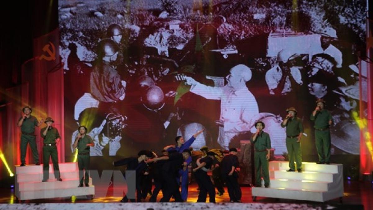 """Chương trình nghệ thuật với chủ đề """"Bản hùng ca Chiến thắng Biên giới"""" trong lễ kỷ niệm 70 nămChiến thắng Biên giớinăm 1950 - Giải phóng Cao Bằng (3/10/1950-3/10/2020). (Ảnh: Chu Hiệu/TTXVN)"""