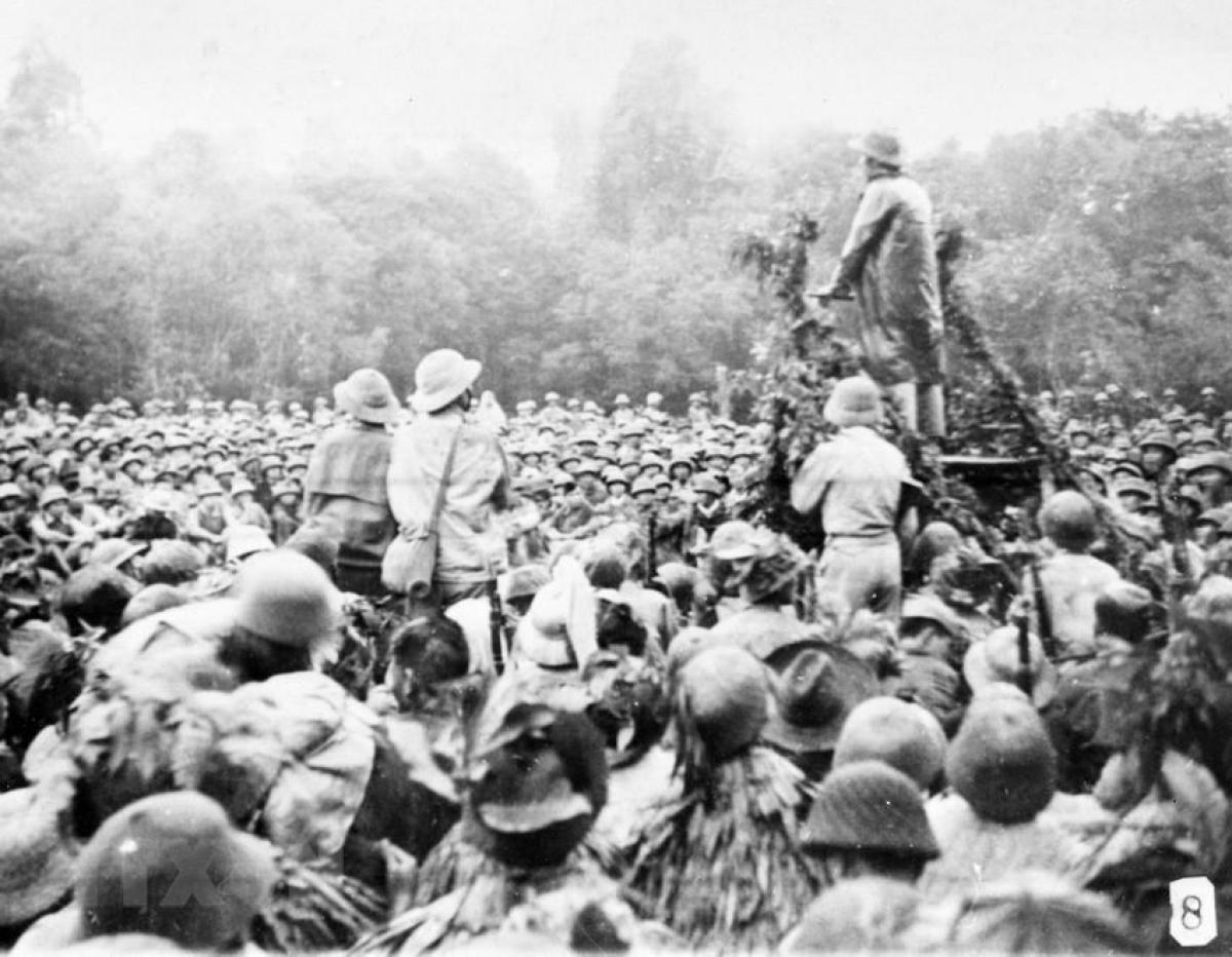 Bác Hồ thăm và nói chuyện với cán bộ, chiến sỹ tham gia Chiến dịch Biên giới 1950. Ảnh: TTXVN